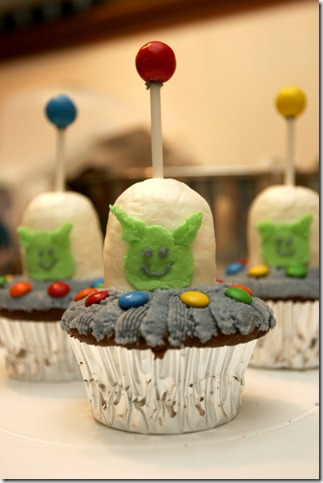 ufo cupcake 1 by pinkshoegirl thumb 100 Amazing Examples Of Art You Can Eat