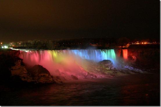 Niagara_Falls_Illuminated_by_kuschelirmel